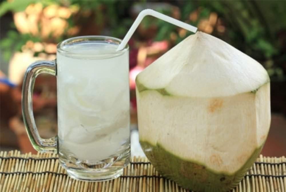 Nước dừa cực kỳ hại cơ thể khi uống vào buổi tối