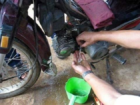 Xe máy không nổ do xăng pha nước và cách khắc phục