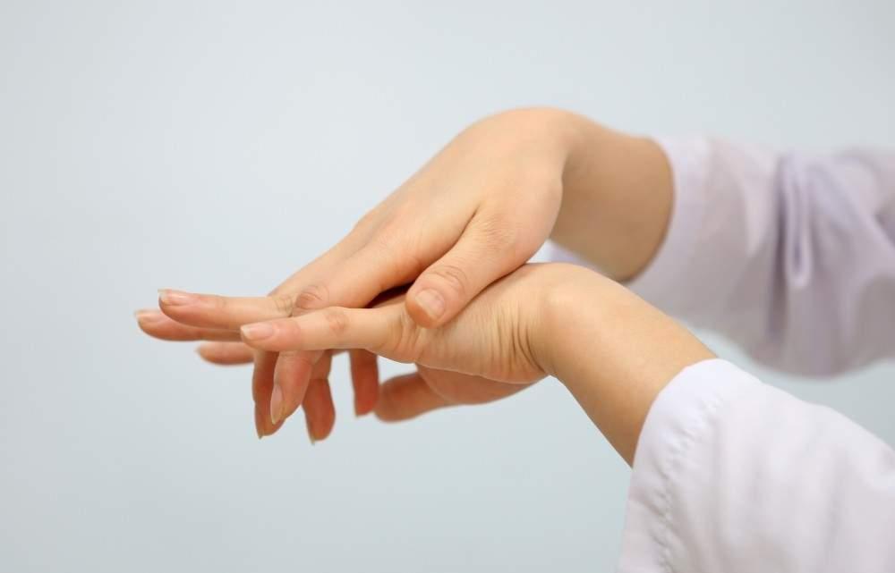 Tê nhức chân tay là dấu hiệu của bệnh gì?