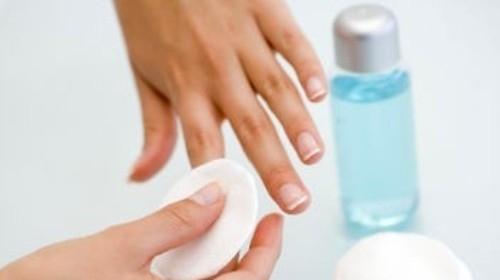 Tác dụng bất ngờ của nước tẩy sơn móng tay